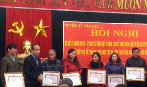"""Huyện Tân Lạc khen thưởng 11 tập thể, cá nhân có thành tích xuất sắc phong """"học tập và làm theo tấm gương đạo đức Hồ Chí Minh""""."""