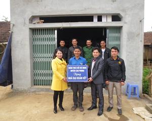 Đại diện lãnh đạo Huyện Đoàn, MTTQ huyện Cao Phong bàn giao nhà Đại đoàn kết cho ĐVTN có hoàn cảnh khó khăn.