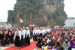 Nhân dân trong vùng và du khách thập phương về vui hội Chùa Hang- Hang Chùa Yên Trị.