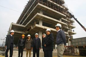 Đồng chí Trần Đăng Ninh, Phó Chủ tịch UBND tỉnh cũng lãnh đạo các sở, ngành kiểm tra tình hình dự án nhà ở xã hội khu vực trung tâm thương mại bờ trái sông Đà (TP Hòa Bình).