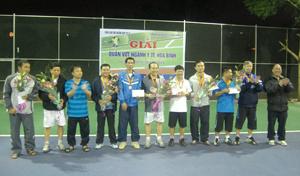 Ban tổ chức trao cúp, huy chương và phần thưởng cho các VĐV đoạt giải.