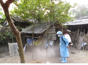 Nhân viên thú y xã Yên Mông (thành phố Hòa Bình) tiến hành tiêu độc khử trùng ở tất cả diện tích khu vực chăn nuôi hộ gia đình ngay trong ngày đầu tiên phát động Tháng vệ sinh, tiêu độc, khử trùng khẩn cấp.