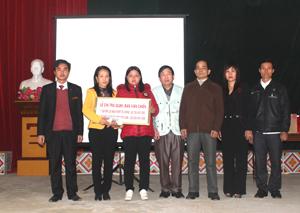 Đại diện Công ty BHNT Prudential Việt Nam chi trả cho gia đình anh Chiến quyền lợi bảo hiểm tử vong trị giá trên 82 triệu đồng.