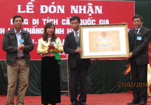Đồng chí Bùi Ngọc Lâm, Giám đốc Sở VH-TT&DL trao bằng công nhận di tích lịch sử văn hóa cấp quốc gia cho BQL di tích huyện Lạc Thủy và xã Phú Thành.