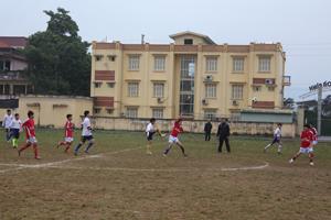 Một trận thi đấu tại giải bóng đá TH, THCS thành phố Hoà Bình năm 2013.