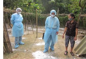 Đoàn kiểm tra, giám sát hướng dẫn hộ chăn nuôi chủ động phòng dịch cúm gia cầm và các bệnh dịch khác.