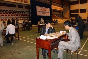 Một trận thi đấu cờ tướng giữa 2 vận động viên của huyện Lương Sơn.