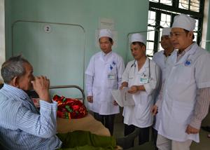 Đồng chí Trần Quang Khánh, Giám đốc Sở Y tế kiểm tra công tác khám, chữa bệnh tại Bệnh viện Đa khoa thành phố Hòa Bình.