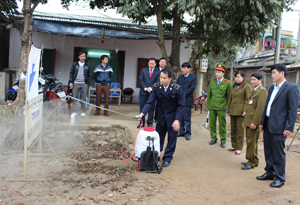 Đồng chí Nguyễn Văn Dũng, Phó Chủ tịch UBND tỉnh kiểm tra hoạt động chốt kiểm dịch thị trấn Lương Sơn (Lương Sơn).