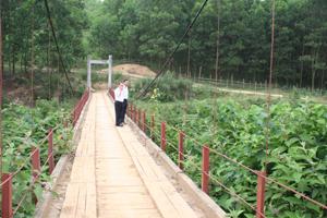 Trên địa bàn xã huyện Yên Thủy có 14 cầu treo. Trong ảnh cầu treo xóm Cương, xã Hữu Lợi bề mặt rộng 3 m, dài 40 m. Cầu phục vụ nhu cầu đi lại khoảng 400 người dân địa phương.