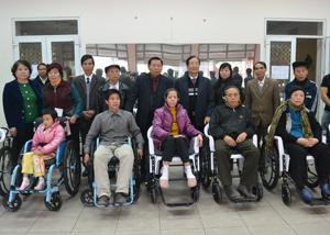 Lãnh đạo Hội Khuyến học Việt Nam, Hội Khuyến học tỉnh, TP. Hòa Bình và nhà tài trợ trao tặng xe lăn cho người khuyết tật.