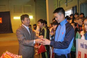 Lãnh đạo Sở VH-TT&DL trao cờ luân lưu cho các đơn vị tham dự giải.