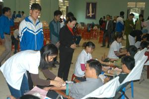 Lãnh đạo Hội CTĐ tỉnh thăm, động viên các tình nguyện viên  huyện Lạc Sơn đang hiến máu.