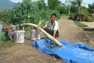 Sử dụng máy bơm dã chiến để cung cấp nước tưới dưỡng cho địa bàn xã Bảo Hiệu (Yên Thuỷ).