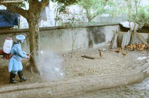 Xã Ngọc Lương tổ chức đội phun thuốc vệ sinh, tiêu độc, khử trùng đáp ứng công tác phòng dịch cúm gia cầm.