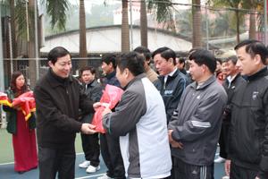 Đồng chi Bùi Văn Cửu, Phó Chủ tịch UBND tỉnh trao quà lưu niệm của Giải cho các VĐV.