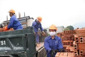 Công ty CP gạch ngói Quỳnh Lâm, trang bị đầy đủ bảo hộ lao động, đảm bảo an toàn cho người lao động.