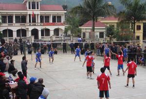 Trận thi đấu bóng chuyền tại giải thể thao mừng Đảng mừng xuân đã thu hút đông đảo người dân tham gia cổ vũ.