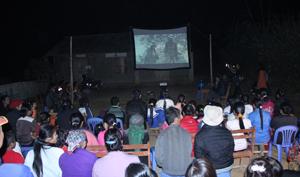 Đông đảo người dân trên địa bàn xã Xuân Phong đến xem phim.
