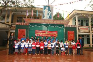 Lãnh đạo Công đoàn, ĐTN cơ quan Tổng LĐLĐ Việt Nam trao quà cho các em học sinh trường TH xã Thượng Cốc, Lạc Sơn.