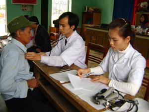 Cán bộ Bệnh viện Đa khoa tỉnh luân phiên hỗ trợ trạm y tế xã Co Lương (Mai Châu) khám, chữa bệnh cho người dân.