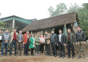 Đoàn thanh niên Khối các cơ quan tỉnh trao quà cho gia đình chị Trần Thị Hải, xóm Đầm Sáng, xã Thượng Bì (Kim Bôi).