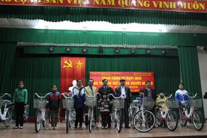 Đại diện UB MTTQ tỉnh, Hội Bảo trợ NTT và TMC, thành phố Hòa Bình trao xe đạp cho trẻ em.