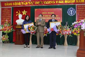 Thừa ủy quyền, đồng chí Bùi Văn Cửu, Phó Chủ tịch TT UBND tỉnh trao Bằng khen của Thủ tướng Chính phủ cho 2 cá nhân đã có nhiều đóng góp trong công tác BHXH.
