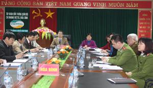 Đồng chí Bùi Văn Cửu, Phó Chủ tịch UBND tỉnh và các đại biểu dự hội nghị tại điểm cầu Hòa Bình.