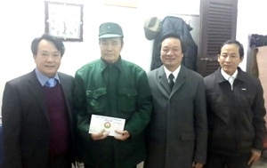 Lãnh đạo Sở LĐ-TB&XH tặng quà tại Trung tâm điều dưỡng thương, bệnh nặng Duy Tiên (Hà Nam).