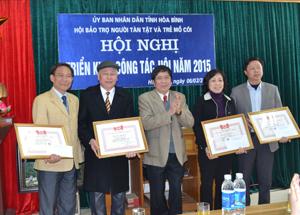 Thừa ủy quyền, lãnh đạo Hội Bảo trợ NTT và TMC tỉnh trao Bằng khen của Trung ương Hội cho tập thể và các cá nhân có nhiều đóng góp cho công tác bảo trợ, giúp đỡ NKT và TMC.