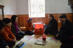 Đồng chí  Hoàng Văn Tứ, Phó Chủ tịch HĐND tỉnh thăm, tặng quà Mẹ VNAH Nguyễn Thị Sự, xã Hợp Thành (Kỳ Sơn).