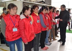 Lãnh đạo LĐLĐ tỉnh tặng quà cho công nhân công ty TNHH Esquel Hòa Bình.