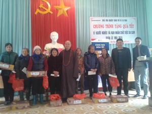 Thượng tọa Thích Anh Phong, trụ trì chùa Vĩnh Nghiêm trao quà cho các đối tượng xã Yên Trị.