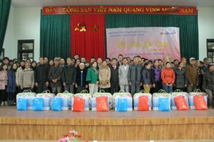Công đoàn Khối khách hàng doanh nghiệp (Ngân hàng TMCP Công thương Việt Nam) trao 50 suất quà cho các gia đình hộ nghèo, gia đình chính sách và người có công xã Địch Giáo (Tân Lạc).
