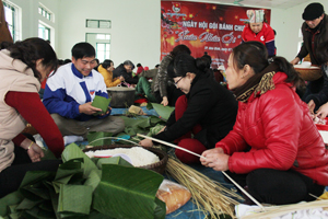 Các tình nguyện viên tham gia gói bánh chưng tại ngày hội.