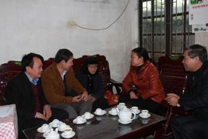 Đồng chí Bùi Văn Cửu, Phó Chủ tịch TT UBND tỉnh thăm hỏi, tặng quà, chúc mừng Mẹ Việt Nam anh hùng Đinh Thị Nhong (xã Ngọc Lương, Yên Thuỷ)
