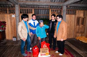 Đại diện lãnh đạo Tỉnh đoàn và các đơn vị tài trợ tặng quà hộ gia đình nghèo tại xã xã Tiền Phong (huyện Đà Bắc).