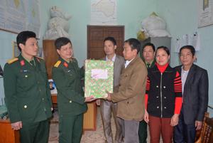 Đại diện lãnh đạo Trường Quân sự tỉnh trao quà Tết cho hộ nghèo xã Suối Nánh (Đà Bắc).