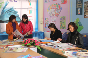 Nhân dân TPHB thăm quan, đọc báo, tạp chí tại gian trưng bày Báo xuân Ất Mùi 2015.