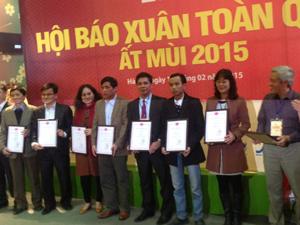 Đồng chí Đinh Văn Ổn, TBT Báo Hòa Bình cùng các đồng nghiệp nhận giải C bìa báo đẹp.