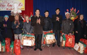 Đồng chí Bí thư Đảng uỷ, Tổng Biên tập Báo Hòa Bình và Công đoàn Báo Hòa Bình tặng quà cho 20 hộ gia đình chính sách xã Phú Thành (Lạc Thủy).