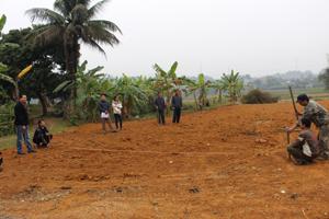 Nhóm khảo sát thôn Mu tiến hành đo đạc, tính toán để đưa ra bản vẽ sơ đồ.