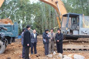 Đồng chí Trần Đăng Ninh, Phó Bí thư TT tỉnh ủy kiểm tra tiến độ công trình.