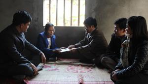 Lãnh đạo huyện Tân Lạc trao quà cho hộ gia đình khó khăn xã Quy Mỹ.