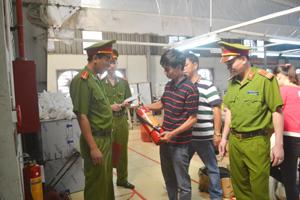 Cảnh sát PCCC&CN, CH kiểm tra việc chấp hành quy định PCCC tại Công ty May SMA Vina Việt Hàn.