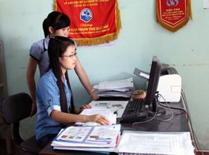 Cán bộ DS/KHHGĐ huyện Lạc Thủy thường xuyên nắm bắt,  cập nhật thông tin về lĩnh vực dân số trên máy tính.
