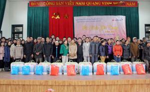 Khối khách hàng doanh nghiệp (Ngân hàng TMCP Công thương Việt Nam) và Ngân hàng Công thương  chi nhánh Hòa Bình trao quà Tết cho hộ nghèo, gia đình chính sách xã Địch Giáo (Tân Lạc).