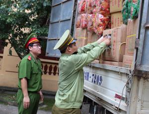 Đội QLTT cơ động kiểm tra việc lưu thông hàng tiêu dùng vào địa bàn dịp Tết.