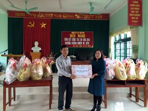 Lãnh đạo Sở VH, TT & DL tặng quà tết cho hộ gia đình chính sách xã Sào Báy – Kim Bôi